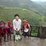 フィリピンのバナウェで現地の人と記念撮影