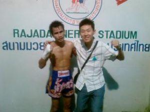 タイ旅行 ムエタイのチャンピオンとの記念撮影